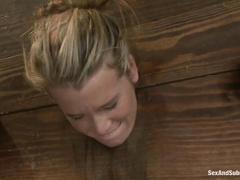Кара Прайс одна в подвале, но ей это совсем не мешает