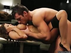 Сексуальная брюнетка мастурбирует в спортзале