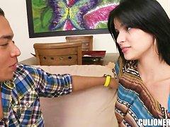 Молоденькую хамер с метровым хером наяривает на диване