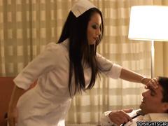 Валентина больному оказывает экстренную помощь