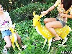 Селена Роуз автостопом получает множество оргазмов
