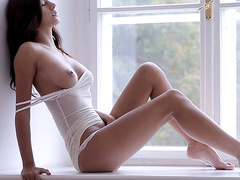 Грудастая медсестра мастурбирует инструментом на камеру